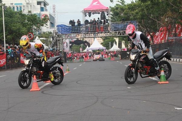 Stunt rider Honda CB150R StreetFire City Battle 2014