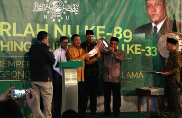 Direktur Sales PT Yamaha Indonesia Motor Manufacturing Sutarya (batik kuning) simbolis memberikan bentuk silaturahmi 65 unit sepeda motor yang diterima Ketua Umum PBNU Prof Dr KH Said Aqil Siroj
