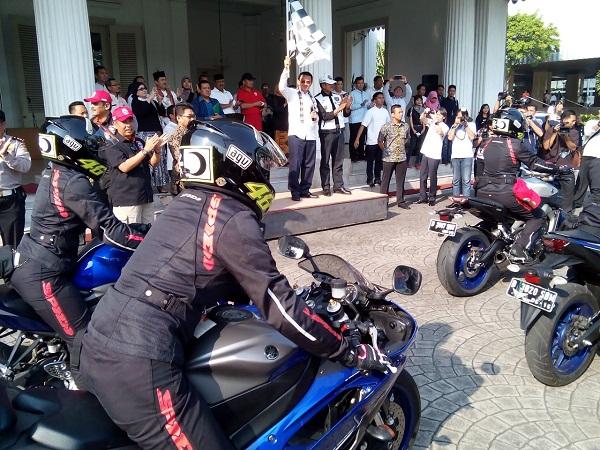 Pelepasan 7 Srikandi peserta touring Women on Wheels naik motor Yamaha oleh Gubernur DKI Jakarta Bapak Basuki Tjahaja Purnama di Balai Kota (2)