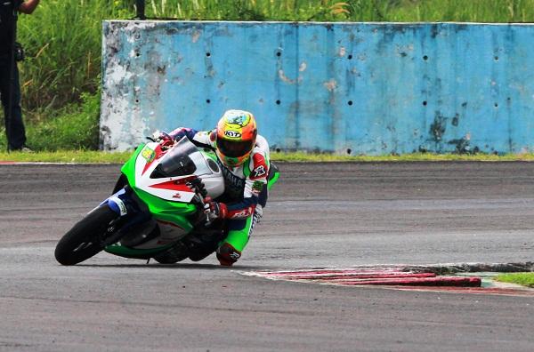 Pemenang seri 1 Kejurnas Kelas 250 cc Hendriansyah (Yamaha Nissin BRT HRP) memacu YZF-R25 di Sentul International Circuit