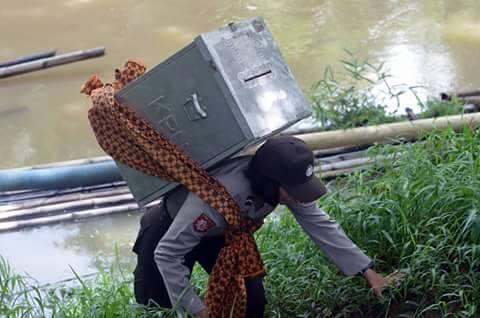 foto epik polwan mensukseskan pilkada di sumatra selatan tahun 2015 (3)