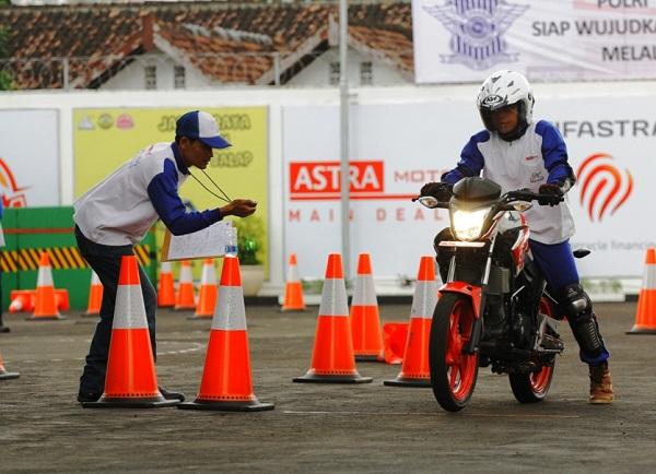 Safety Riding Centre Astra Motor Jogjakarta sedang dikunjungi wisawatan (2)