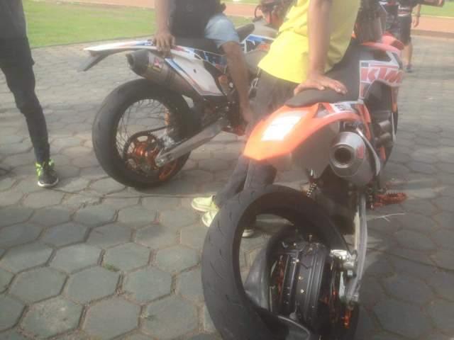 motor KTM Supermoto ambrol velg jari-jarinya di balapan Brigif Bandung 23 Januari 2016