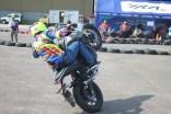 Aksi freestyle Wawan Tembong dengan Yamaha MT-25 dalam event Yamaha support HUT TNI AU ke-70 di Pangkalan Lanud Halim Perdanakusuma (2)