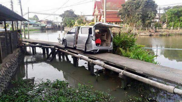 mobil Toyota Vellfire hampir kecebur sungai karena percaya gps di Malaysia~01