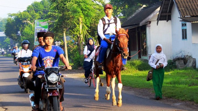 ulil albab pelajar SMPIT Ibnu Sina wuluhan jember pergi ke sekolah naik kuda (1)