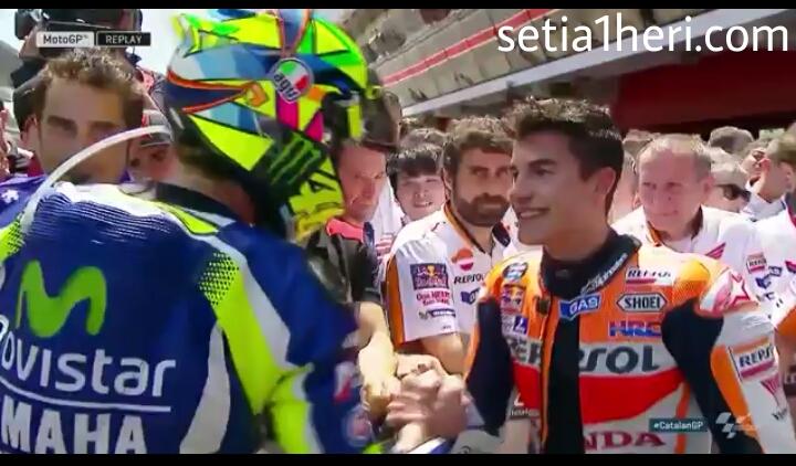 Valentino Rossi bersalaman dengan Marc Marquez di GP Caranya 2016