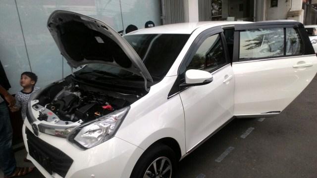 Gambar detail Daihatsu Sigra Tipe R MT Deluxe warna putih (kasta tertinggi)