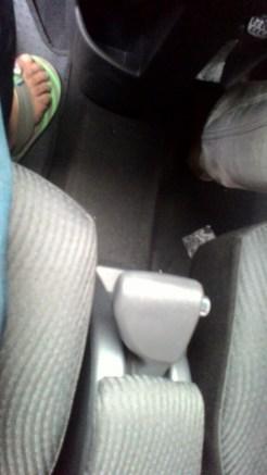 Gambar detail tuas rem Daihatsu Sigra Tipe R MT Deluxe warna putih (kasta tertinggi)