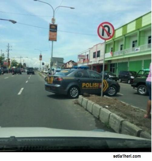 polisi-melanggar-rambu-larangan-putar-balik-di-jember-tahun-2014