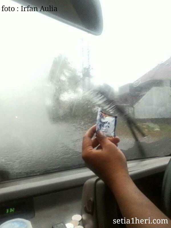 tips-menghilangkan-embun-di-kaca-depan-saat-hujan-deras