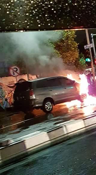 mobil-innova-terbakar-9-oktober-2016-di-marvel-city-ngagel-surabaya
