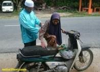nenek-bungkuk-naik-motor-di-malaysia
