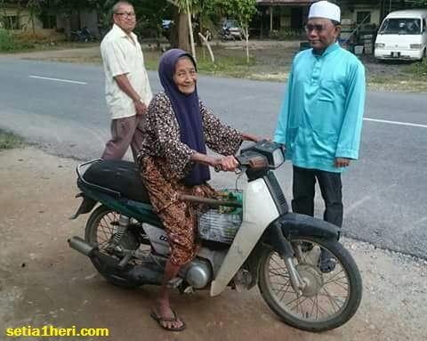 nenek-tua-bungkuk-naik-motor-sendiri-di-malaysia