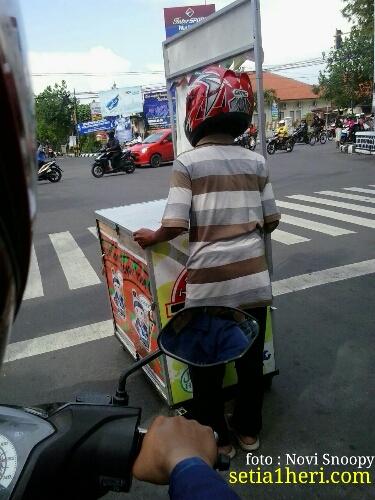 penjual-takoyaki-dorong-gerobak-memakai-helm-di-kediri-tahun-201601
