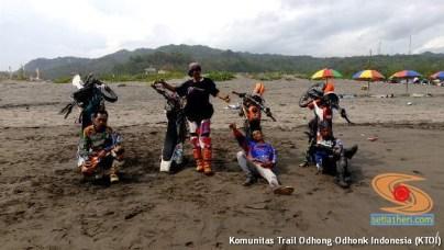 begini cara parkir unik di pasir motor trail di Indonesia