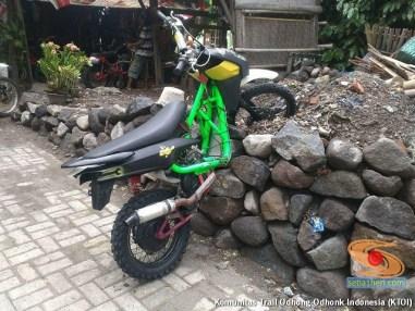 begini cara parkir unik motor trail di atas pasir dan batu