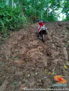 begini cara parkir unik motor trail di atas tanah liat