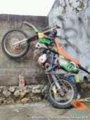 begini cara parkir unik motor trail di atas tembok