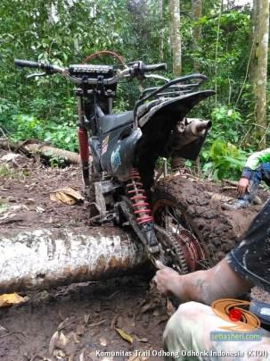 parkir unik motor trail di atas tanah liat