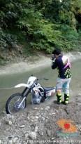 parkir unik motor trail di sungai