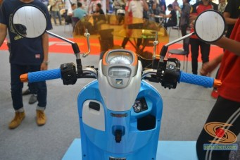 Honda scoopy velg 12 inch tahun 2017 modifikasi playful white blue (10)