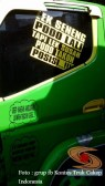 tulisan stiker unik di truk canter