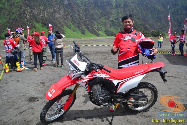 Njajal numpak motor trail Honda CRF150L di lautan Pasir Bromo tahun 2017 (1)