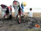 Kumpulan foto unik cara parkir motor Yamaha Vixion di area pasir (17)