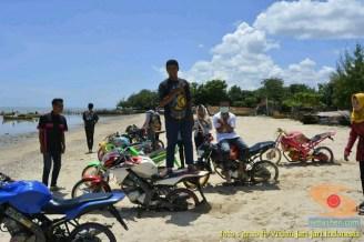 Kumpulan foto unik cara parkir motor Yamaha Vixion di area pasir (19)