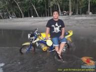 Kumpulan foto unik cara parkir motor Yamaha Vixion di area pasir (23)