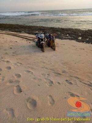 Kumpulan foto unik cara parkir motor Yamaha Vixion di area pasir (3)