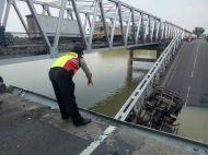 Jembatan Widang, Babat ambrol, ada 3 truk dan 1 sepeda motor terjun ke sungai Bengawan Solo tahun 2018~02