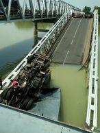 Jembatan Widang, Babat ambrol, ada 3 truk dan 1 sepeda motor terjun ke sungai Bengawan Solo tahun 2018~09