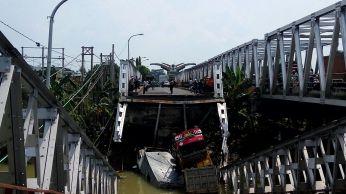 Jembatan Widang, Babat ambrol, ada 3 truk dan 1 sepeda motor terjun ke sungai Bengawan Solo tahun 2018~10