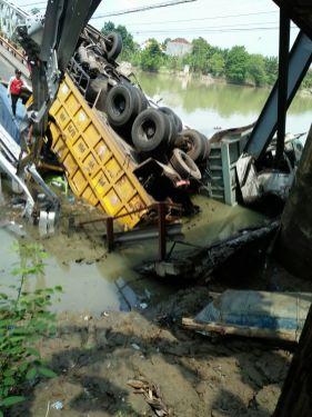 Jembatan Widang, Babat ambrol, ada 3 truk dan 1 sepeda motor terjun ke sungai Bengawan Solo tahun 2018~11
