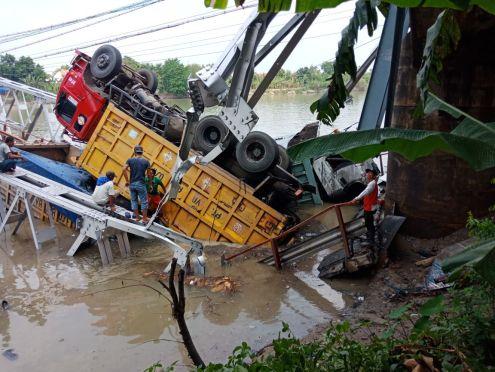 Jembatan Widang, Babat ambrol, ada 3 truk dan 1 sepeda motor terjun ke sungai Bengawan Solo tahun 2018~12