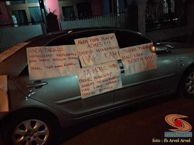 Mobil parkir sembarangan menghalangi jalan, warga mendemo dengan tempelan tulisan di sekujur mobil