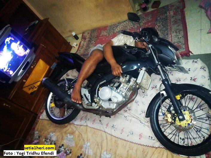 biker tidur dengan motor kesayangan