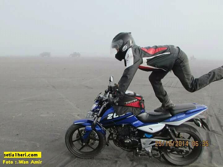 cara menikmati pasir bromo tanpa jatuh oleh wan amir