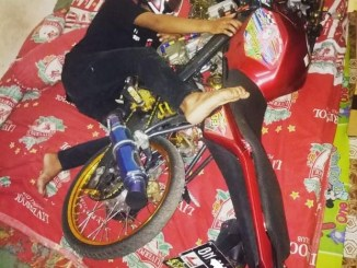 foto biker tidur bersama motor kesayangan