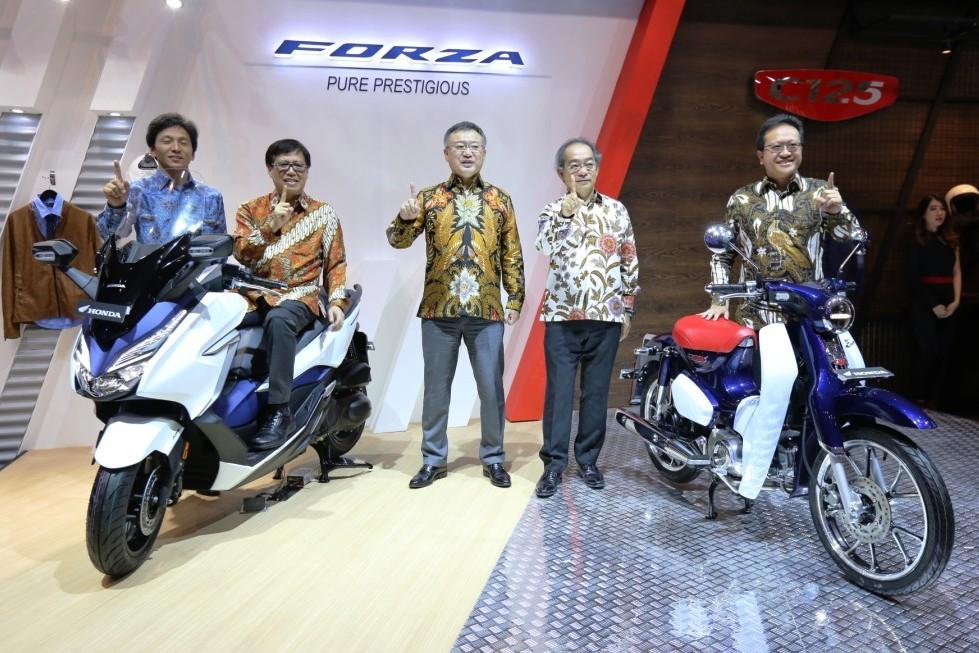 Berkunjung ke booth Honda di GIIAS 2018, ada 3 motor premium baru brosis