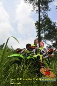 Kumpulan foto biker prewedding dan romantisme pasangan diatas motor trail brosis (1)