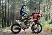 Kumpulan foto biker prewedding dan romantisme pasangan diatas motor trail brosis (15)