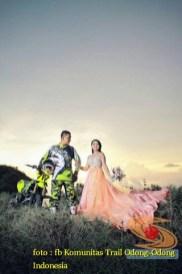 Kumpulan foto biker prewedding dan romantisme pasangan diatas motor trail brosis (22)