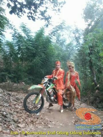 Kumpulan foto biker prewedding dan romantisme pasangan diatas motor trail brosis