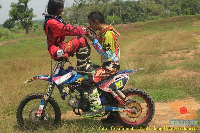 Kumpulan foto biker prewedding dan romantisme pasangan diatas motor trail brosis (3)