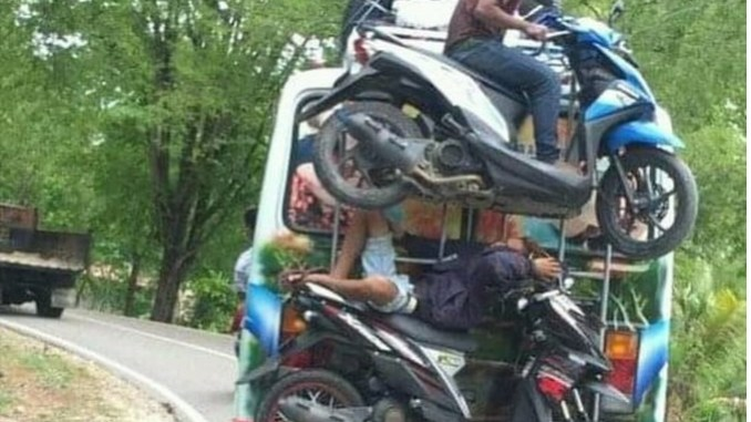 Wow crazy...bus di NTT ini angkut motor dibelakang plus bikernya....hehehe