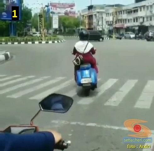 Ada Emak- emak asal Aceh bawa Vespa tua nekat terobos lampu merah...eh jatuh deh