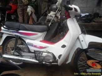 Penampakan motor jadul Honda Astrea Grand warna putih mulus alias bulus gans (1)